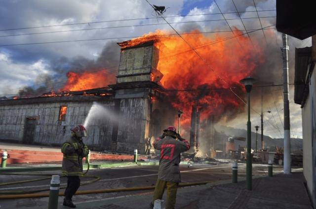 Fuego destruye templo antiguo en El Salvador