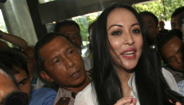 "Política corrupta ""se salva"" por haber sido Miss Indonesia"