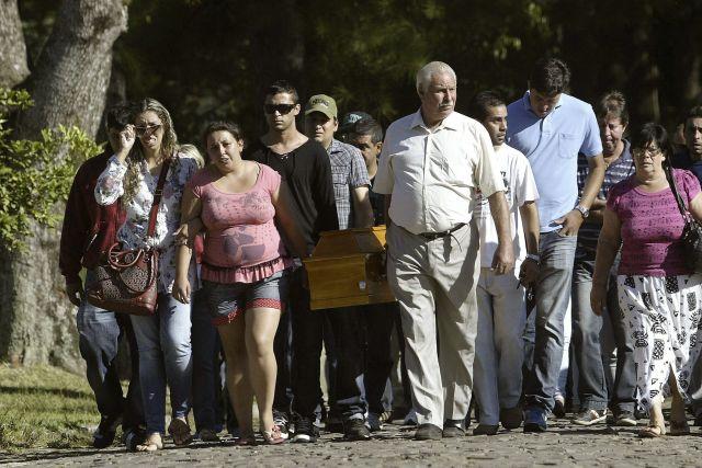 Arrestos y entierros por la tragedia en Brasil (fotos)