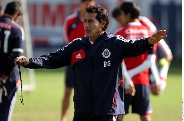 Técnico de Chivas le saca roja al árbitro