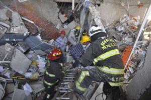 Peritos de PGR analizan las causas de la explosión en Pemex