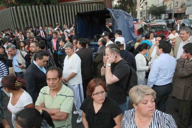 Pemex: allegados de víctimas esperan entrega de familiares