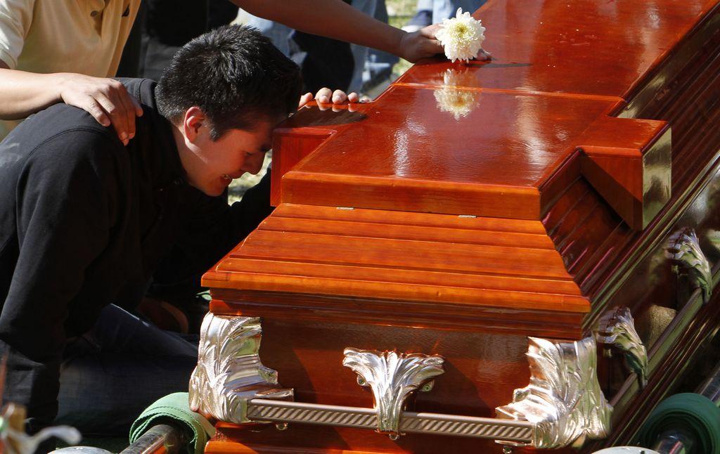 Aumenta cifra de muertos por explosión en Pemex (fotos)