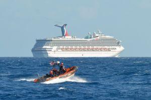 A la deriva crucero  luego de incendio en los motores
