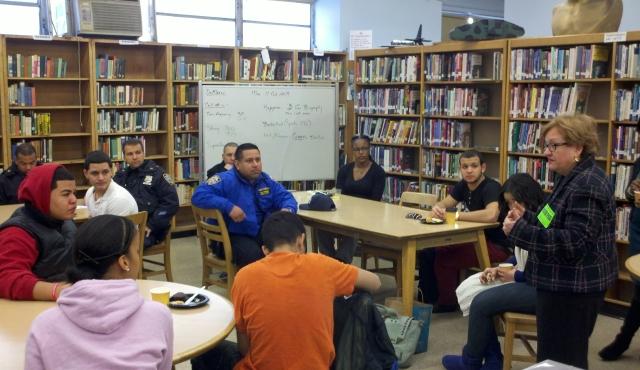 Jóvenes del Alto Manhattan dialogan con el NYPD