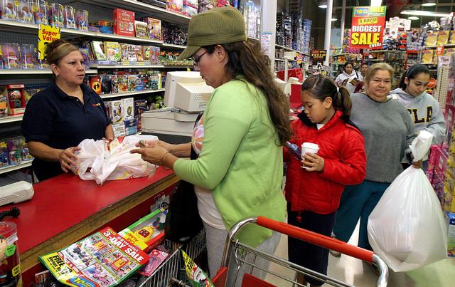 Trabajadores en NY ven con agrado aumento salarial