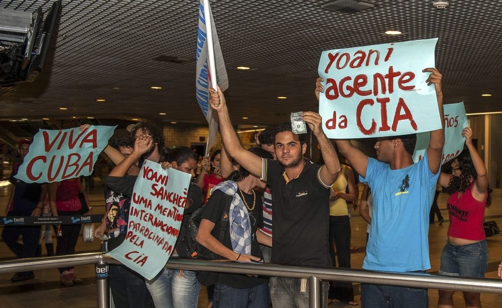 Repudian a bloguera cubana a su arribo a Brasil