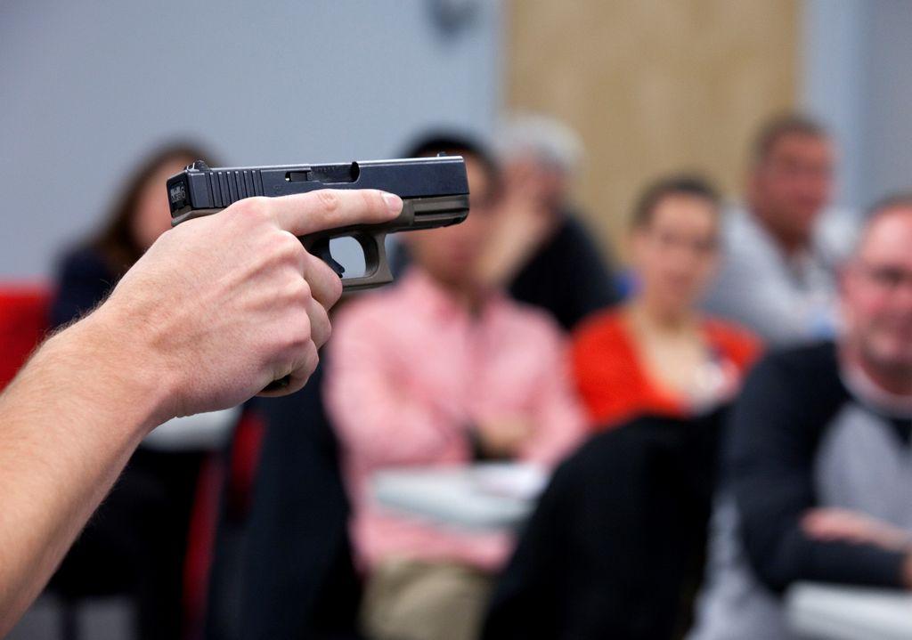 Maestros de Florida toman clases para usar armas (video)