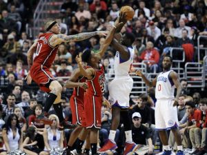 Triple doble de LeBron impulsa al Heat sobre 76ers (Fotos)