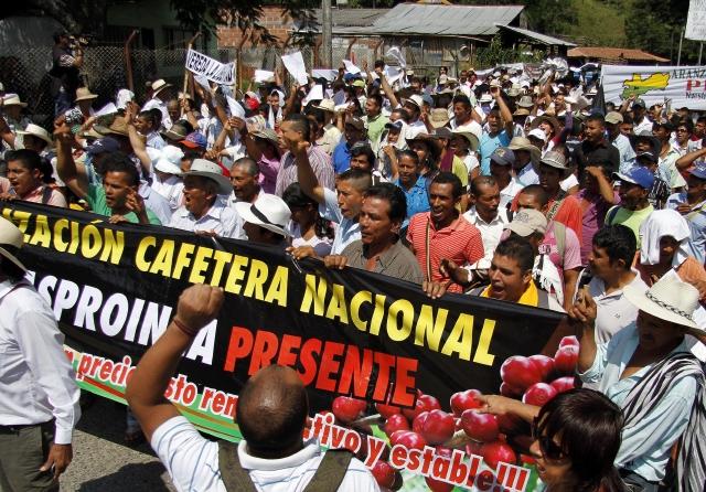 Cafeteros inician paro indefinido en Colombia