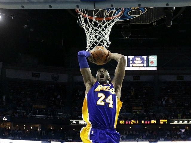 Lakers aplastan a Hornets en el último cuarto