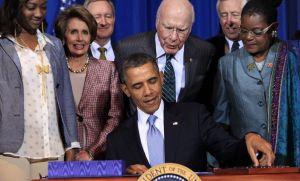 Obama firma Ley de víctimas de violencia doméstica