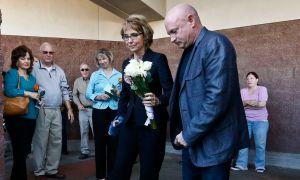 Giffords visita lugar donde fue atacada (Fotos)