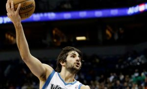 Wolves vencen a Spurs con triple-doble de Rubio