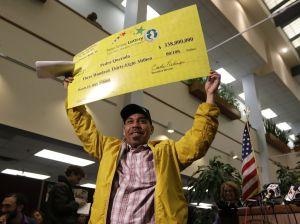 Dominicano confiesa que Dios le sonrió con $338 millones (fotos)