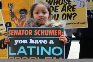 Hispanos protestan contra Schumer