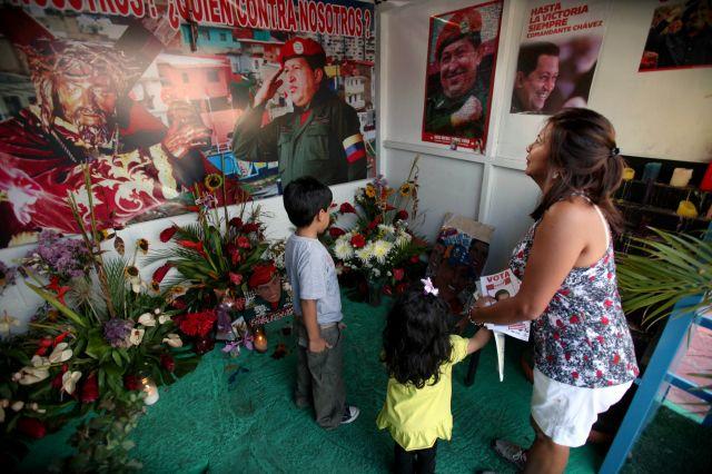 """Venezolanos honran a """"San Hugo Chávez"""" en capilla de Caracas"""