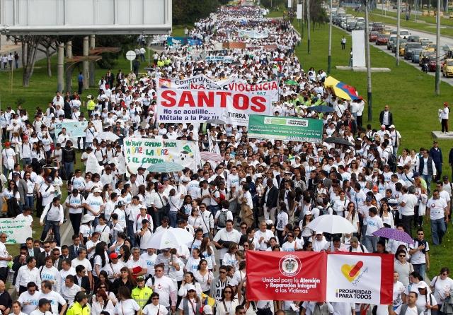 Colombianos marchan en apoyo a la paz