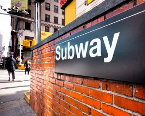 NYPD busca sospechosa de besar y golpear a dama en tren