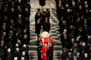 Entre aplausos y abucheos entierran a Margaret Thatcher