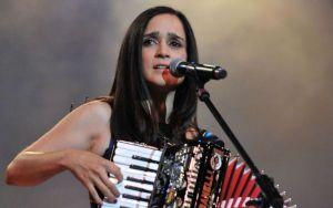 Julieta Venegas luce con su voz y nueva música