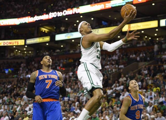 Paul Pierce (centro) convierte dos de sus 29 puntos para liderar a los Celtics a la victoria 97-90 sobre los Knicks en tiempo extra.