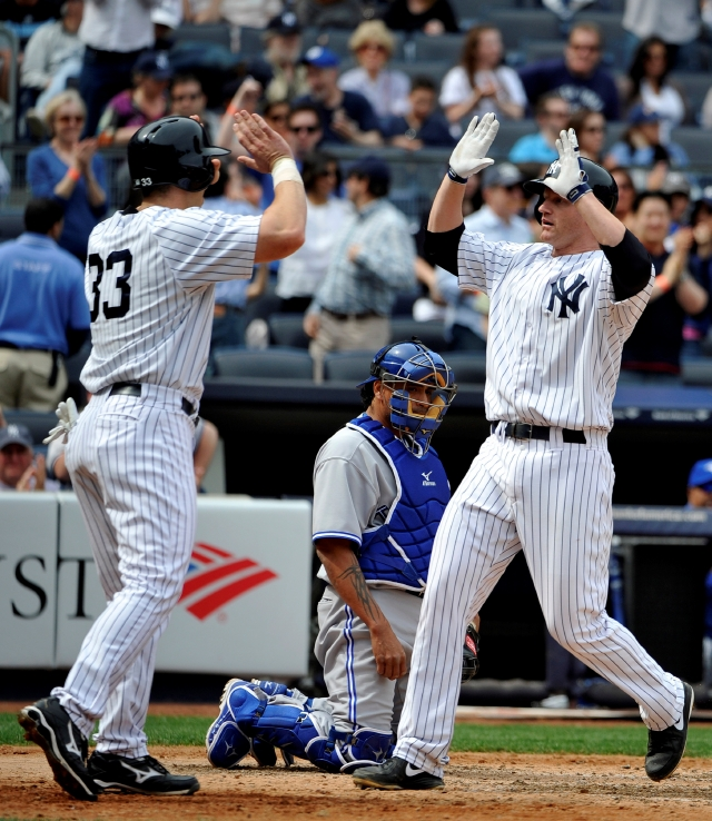 El primera base Lyle Overbay (.der) conectó un jonrón de dos carreras en la séptima entrada que dio a los Yankees el triunfo con que barrieron a Toronto.