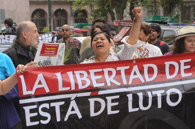 Periodistas realizaron un marcha en protesta al cumplirse el primer aniversario de la muerte de corresponsal de la revista Proceso, Regina Martínez.