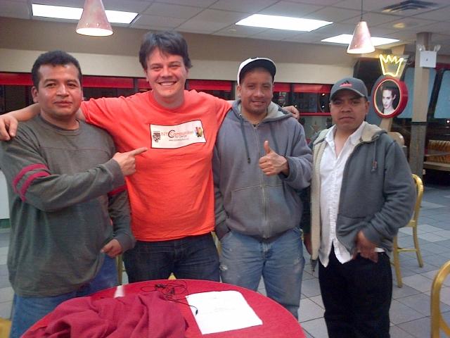 Lucas Sánchez (segundo de la izq.) junto a trabajadores de un supermercado.