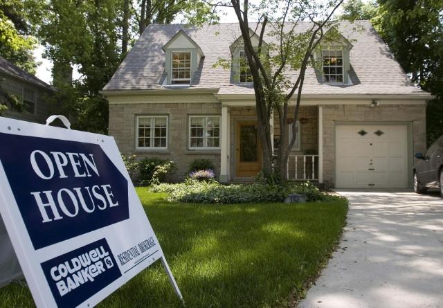 Un cartel anuncia la venta de una casa en Wilmette, Illinois.