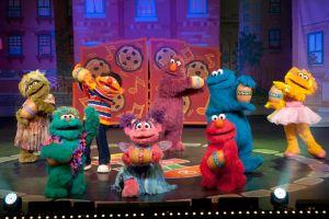 Elmo y sus amigos cantan en vivo (Video)