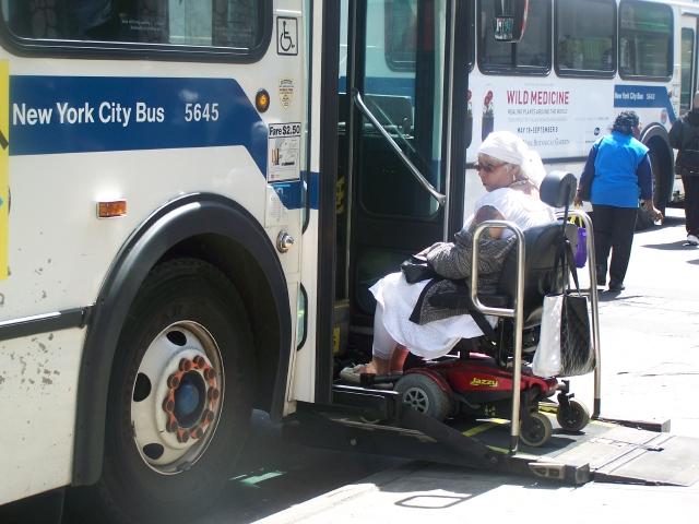 AAR ofrece asistencia de transporte compartido a personas discapacitadass.