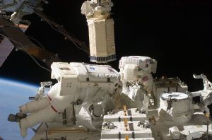 Astronautas realizan reparación inusual a EE
