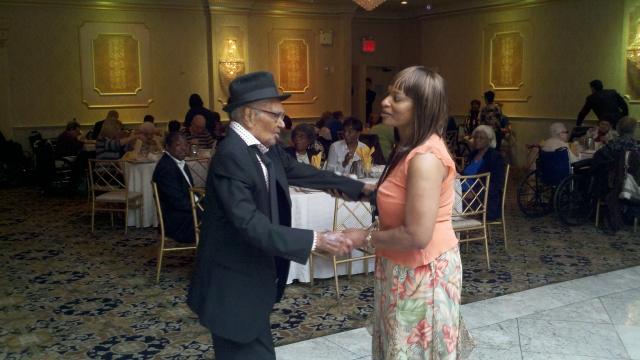Con 105 años Fidel Feliciano baila como trompo en El Bronx