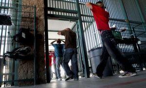 Alguaciles arrestan a 15 por tráfico humano en Arizona