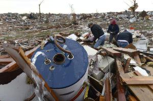 Hispanos en Oklahoma angustiados por el tornado (fotos y video)