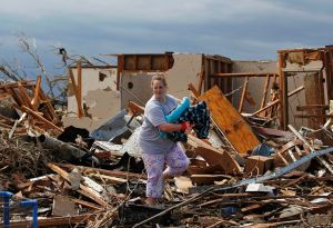 Afectados por tornado en Moore buscan pertenencias (fotos)