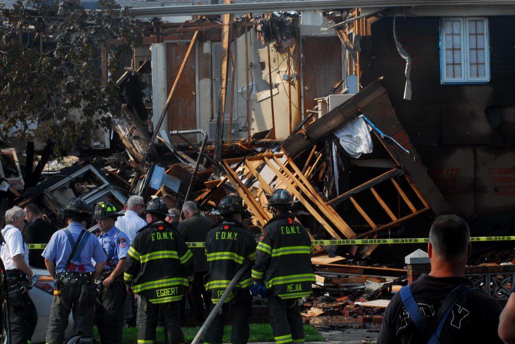 Víctima de casa colapsada en NY sufre quemaduras graves