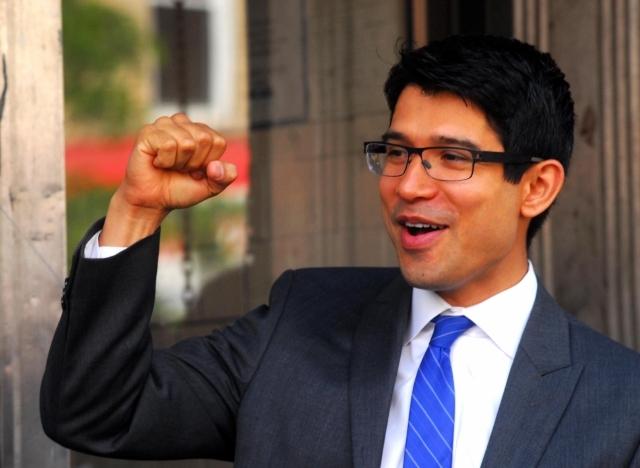 Menchaca busca ser el primer concejal mexicano en NYC