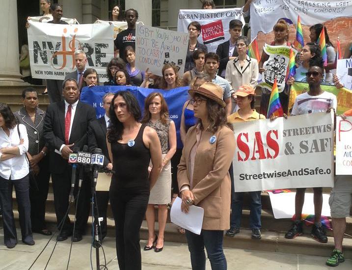 Activistas de NY exigen un alto a condones como evidencia