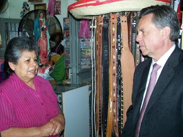 Embajador de México habla con la comunidad