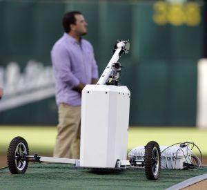 Robot lanza primera bola en el Yankees-Oakland (Video)