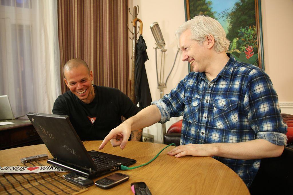 Cita en Twitter para componer hoy junto a Calle 13 y Assange