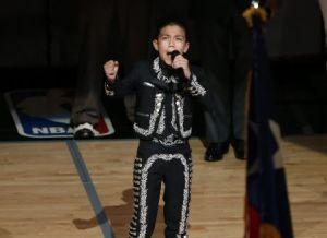 Sebastien de la Cruz vuelve a cantar himno en juego de NBA