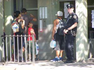 Hombre en bicicleta dispara a niña latina en NYC