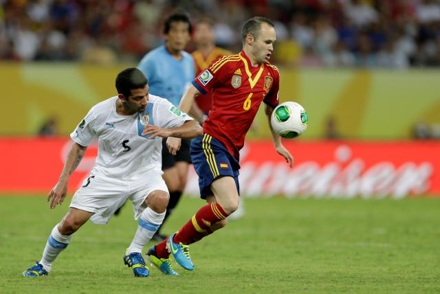 España baila a Uruguay en el arranque