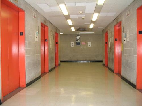 NYPD busca a hombre por intento de violación en elevador