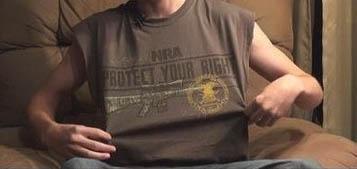 Estudiante en EEUU enfrenta prisión por camiseta de la NRA