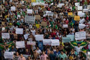 Manifestantes en Brasil impulsan huelga general