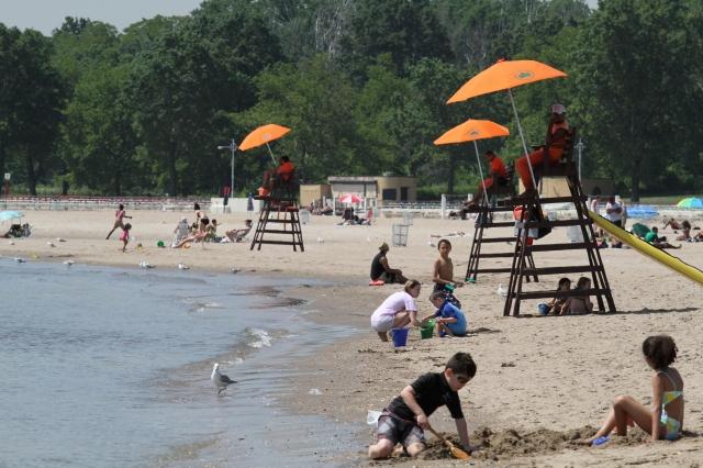 Neoyorquinos entran en calor veraniego